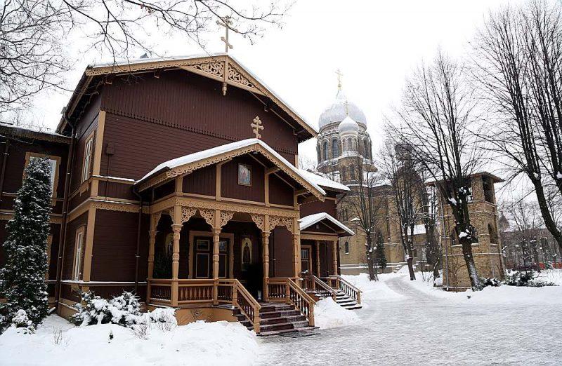 Rīgas Svētās Trijādības-Sergija sieviešu klostera teritorijā atrodas metropolīta Aleksandra oficiālā rezidence. Latvijas Pareizticīgā baznīca līdz šim savu nostāju par Ukrainu nav paudusi.