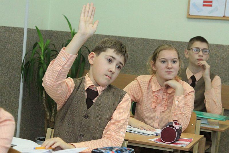 Kaut latviešu valodas apguvē liela nozīme arī latviskai videi, Latvijas pierobežā Daugavpilī vairākās skolās skolēni uzrāda augstus rezultātus latviešu valodas eksāmenos. Jo sevišķi pozitīvi izceļas Daugavpils Krievu vidusskola – licejs. Tās 9. klašu absolventi pērn latviešu valodas eksāmenā bija trešie labākie.