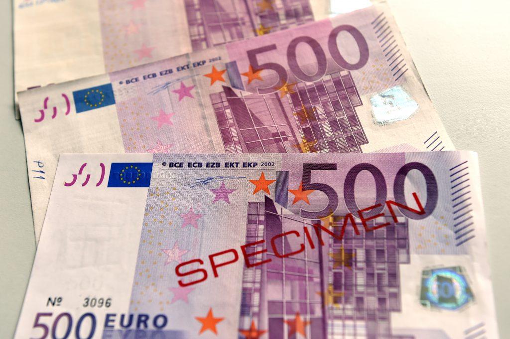 500 eiro banknotes Latvijas Bankas vienotajā naudas pārbaudes centrā, kurā turpmāk Latvijas Banka veiks visas eiro un citu valūtu banknošu un monētu ar viltojumu pazīmēm pārbaudes.