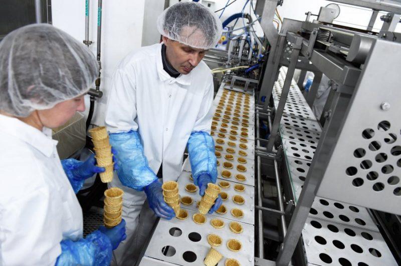 """""""Rīgas piena kombināts'"""" saldējuma ražošanas cehā."""