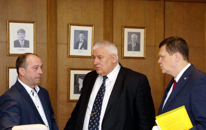 """Biedrības """"Zemnieku saeima"""" vadītājs Juris Lazdiņš (no kreisās), Lauksaimnieku organizāciju sadarbības padomes valdes priekšsēdētājs Edgars Treibergs un zemkopības ministra amata kandidāts Kaspars Gerhards."""