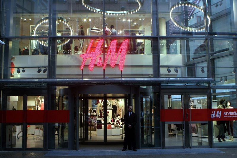 """""""H&M"""" veikals tirdzniecības centrā """"Galerija Centrs""""."""