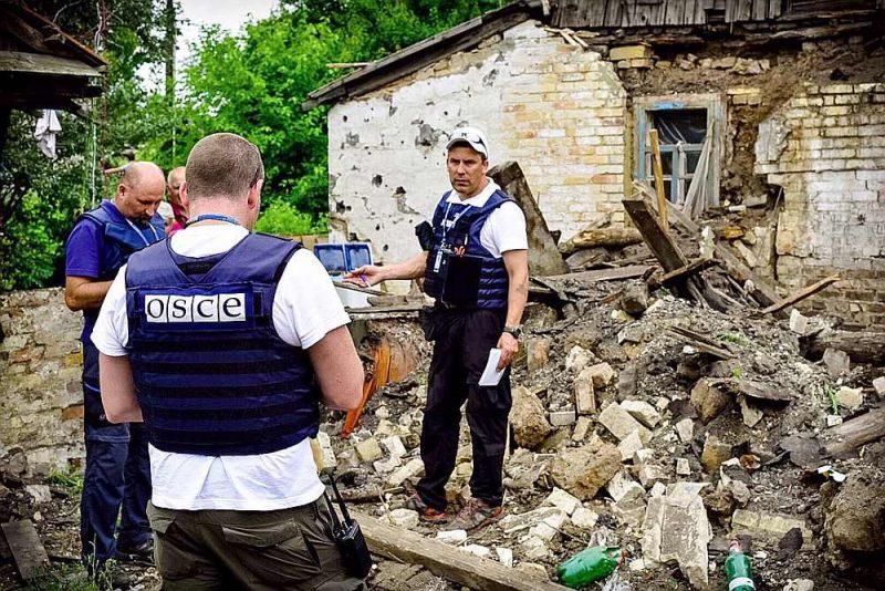 """Māris Bruže (centrā): """"Separātisti apgalvo, ka visus ieročus un munīciju viņi ieguvuši no Ukrainas armijas noliktavām Donbasā, taču nu jau viss turpinās četrus gadus. Visi taču saprot, ka ukraiņu noliktavās bijusī munīcija jau sen izšauta. Tad jājautā, kur viņi ņem munīciju?"""""""