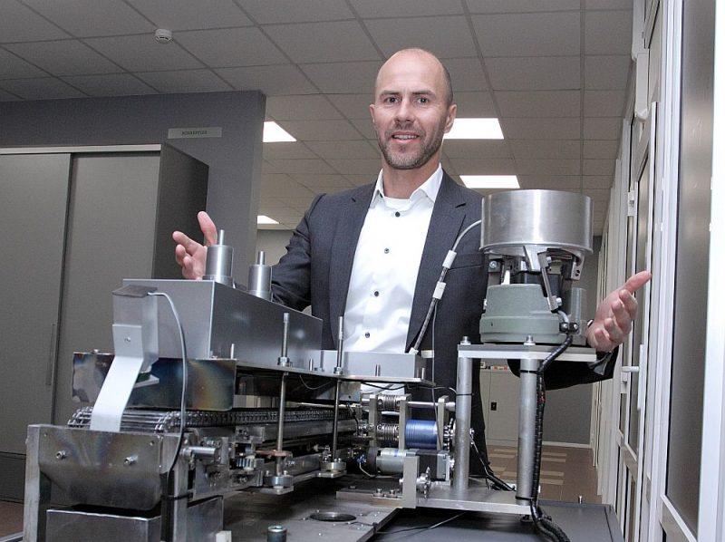 """Aleksandrs Parfinovičs jau 2021. gadā """"Schaeffler Baltic"""" izstrādāto unikālo nanopārklājumu izsmidzināšanas ierīci plāno integrēt """"inline"""" ražotnē. Attēlā ierīces prototips samazinātā variantā."""