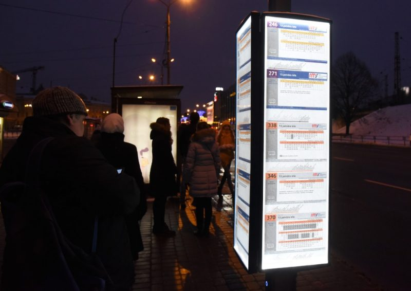 Jauna tipa pieturvietas plāksnes ar apgaismojumu sabiedriskā transporta pieturvietā 13.janvāra ielā, 10.01.2019.