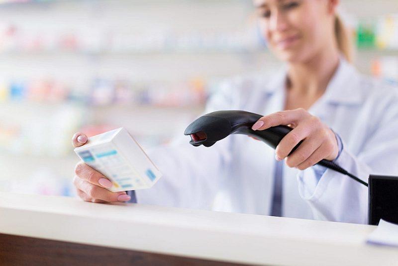 Drošuma pārbaudes būs jāveic tikai tiem medikamentiem, kas būs saražoti pēc 9. februāra. Šogad Veselības inspekcijai izdevās divās lieltirgotavās atklāt divus zāļu viltojumus. Par laimi, līdz aptiekām tās nenokļuva. Izmeklēšana joprojām turpinās.
