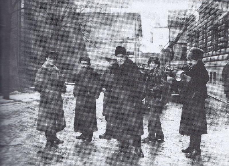 Pēteris Stučka, kažokā un bebrādas cepurē tērpies, kopā ar Padomju Latvijas valdības locekļiem 1919. gada janvārī Rīgā.