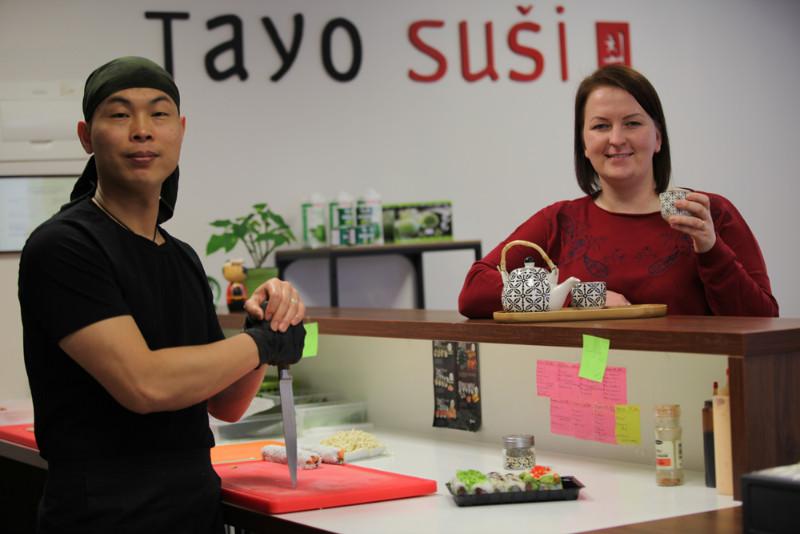 """Santa Zemīte un viņas dzīvesbiedrs Tianri Cui uz Cēsīm atveduši suši. """"Tayo suši"""" nelielajā telpā ar dažiem galdiņiem suši gatavošana notiek klientu acu priekšā."""