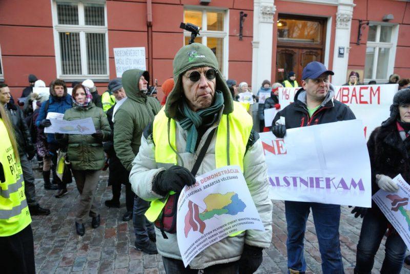 """Protesta akcijā piedalījās gan """"KPV LV"""" atbalstītāji, gan prokrieviski spēki un termiņuzturēšanās atļauju tirgošanas atbalstītāji. Daži bija uzvilkuši dzeltenas vestes."""