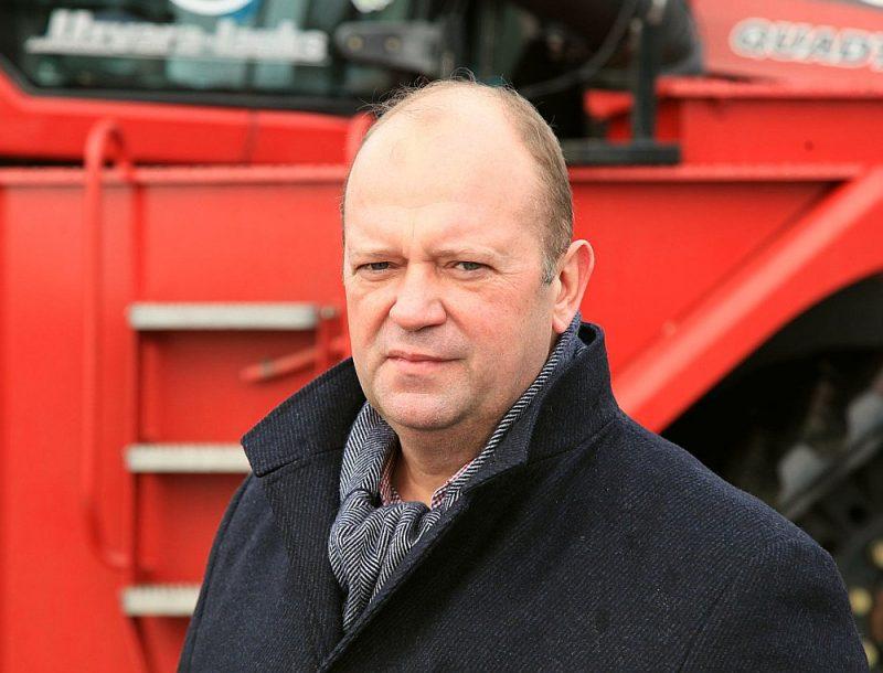 """Arnis Vējš pie sava """"Challenger"""" traktora – visjaudīgākā, kāds Latvijā šobrīd ir: """"Vispirms gādājām modernu augsnes apstrādes tehniku, bet tikai pēc tam šādus vilcējus."""""""