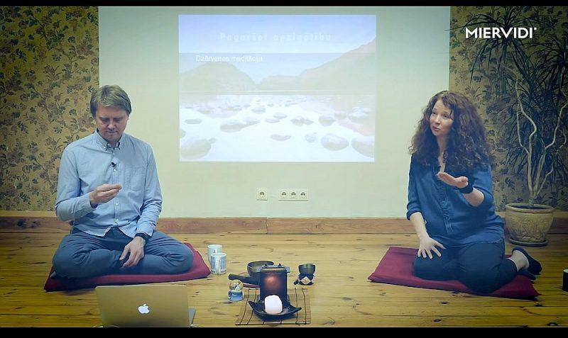 """Izziņas, atjaunotnes un kultūras centra """"Miervidi"""" pārstāvji Sandis Kristars Dūšelis un Indra Majore-Dūšele videolekcijā stāsta par apzinātības praksi."""
