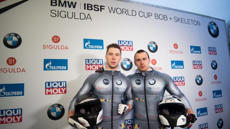 Ralfs Bērziņš (pa kreisi) ar stūmēju Dāvi Spriņģi.