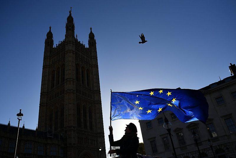 Breksita pretinieks ar ES karogu vakar Vestminsterā, Londonā.