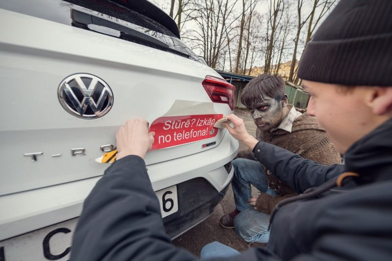 """""""Circle K"""" DUS visā Latvijā iespējams saņemt kampaņas """"Izkāp no telefona!"""" auto uzlīmes."""