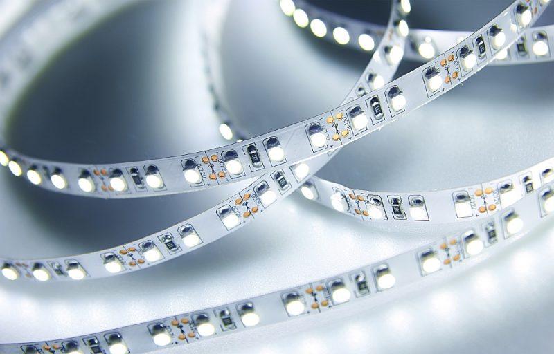 LED diožu lente, kas dod iespēju telpai piešķirt gan dekoratīvu, gan funkcionālu apgaismojumu.
