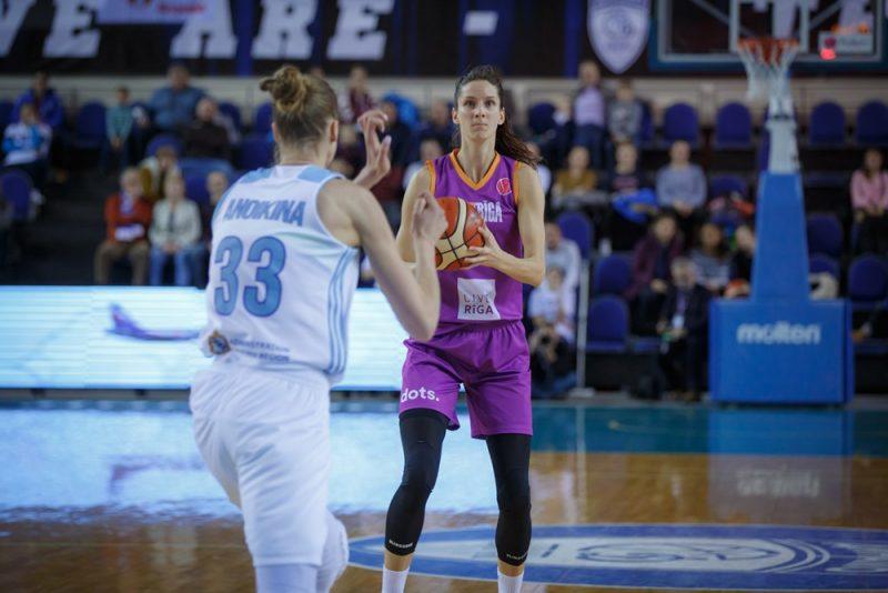 Kristīne Vītola (ar bumbu), kļuvusi par FIBA Eirolīgas astotās kārtas labāko spēlētāju.