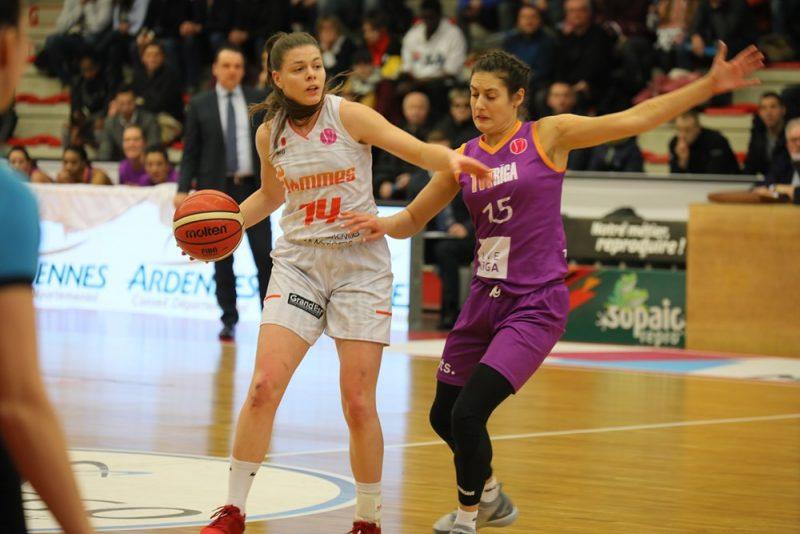 """""""TTT Rīga"""" basketboliste Ieva Pulvere (no labās) pret mājinieci Mariju Īvu Pažē."""