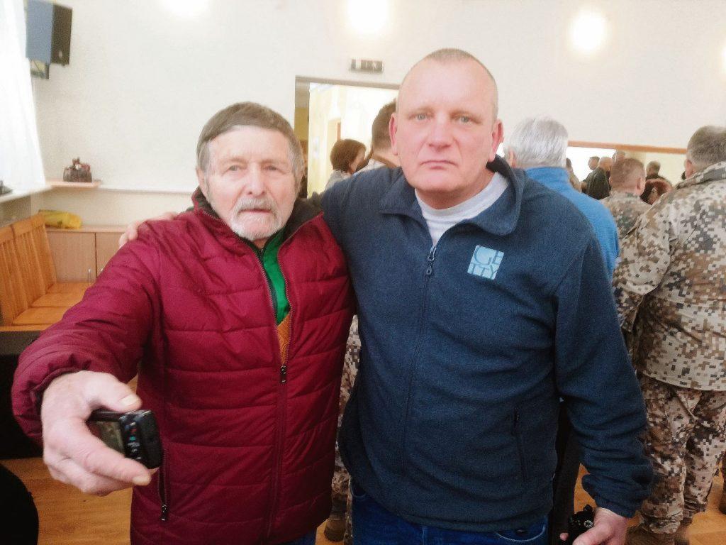 1969. gada janvārī agrākais LLU mācību spēks Boļeslavs Matusevičs (no kreisās) un tagadējais Pasaules brīvo latviešu apvienības Latvijas pārstāvniecības vadītājs Jānis Andersons bija kaimiņi. Pirmajam dzīvoklis atrodas tajā mājas daļā, kas katastrofā necieta. Taču viņš katru gadu 12. janvārī aicina pieminēt 1969. gada 12. janvāra traģēdijas upurus, no kuriem visus pazina. Otrais triju gadu vecumā katastrofā zaudēja četrus tuviniekus, bet pats tika izcelts no drupām pēc četrpadsmit stundām bez skrambiņas un apsaldējuma.