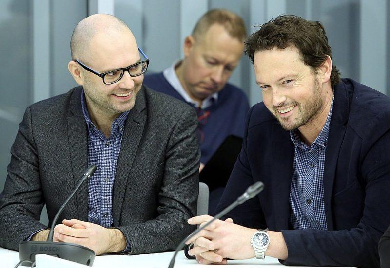Nacionālās elektronisko plašsaziņas līdzekļu padomes priekšsēdētāja vietnieks Ivars Āboliņš (no kreisās) un NEPLP padomes loceklis Patriks Grīva Saeimas komisijas sēdē.