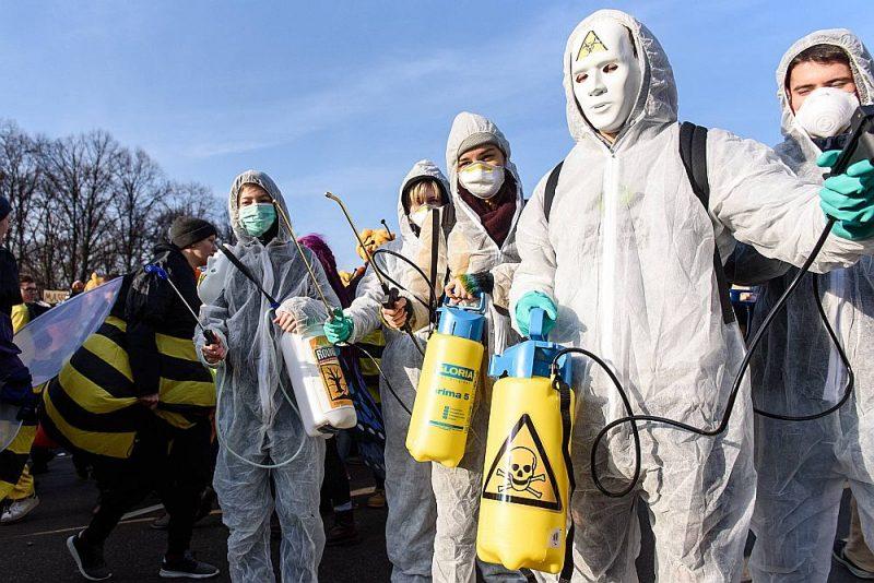 """Aktīvistu protesti pret pesticīdu izmantošanu Berlīnē 19. janvārī pirms """"Zaļās nedēļas"""" izstādes atklāšanas."""