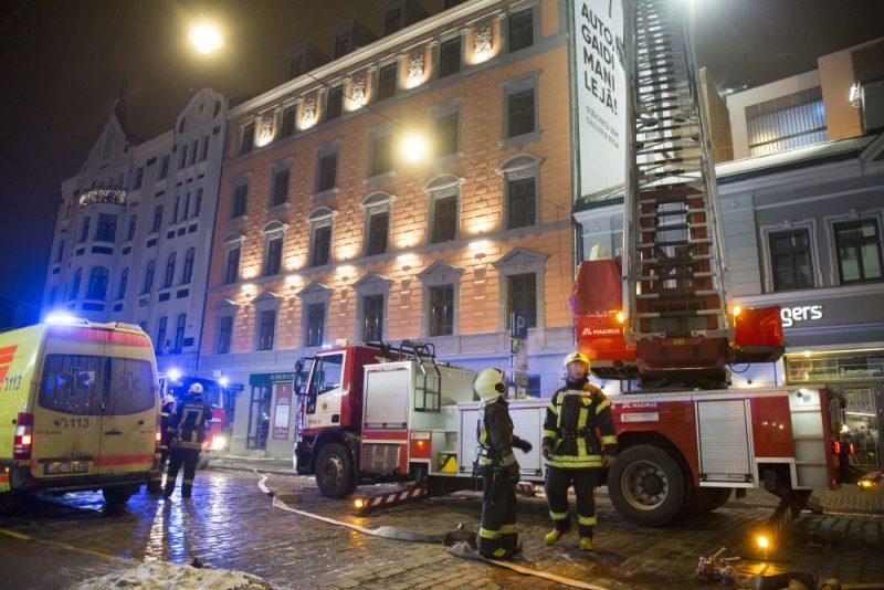 Rīgā Blaumaņa ielā neapsaimniekotā ēkā izcēlies paaugstinātas bīstamības ugunsgrēks, 10.01.2018.