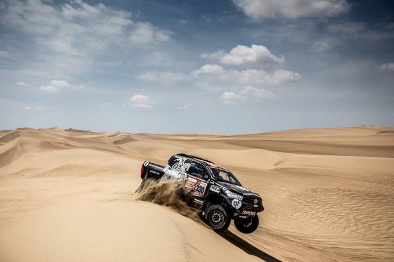 Lietuvas autosportists Benedikts Vanags cīnās Peru smiltīs.