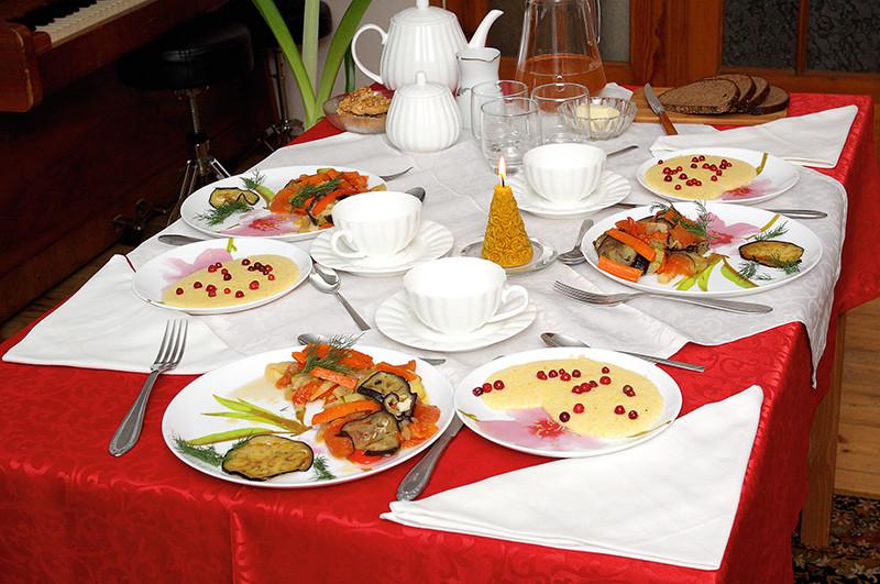 Ēdiens noteikti garšo labāk, ja tiek servēts uz skaisti saklāta galda.