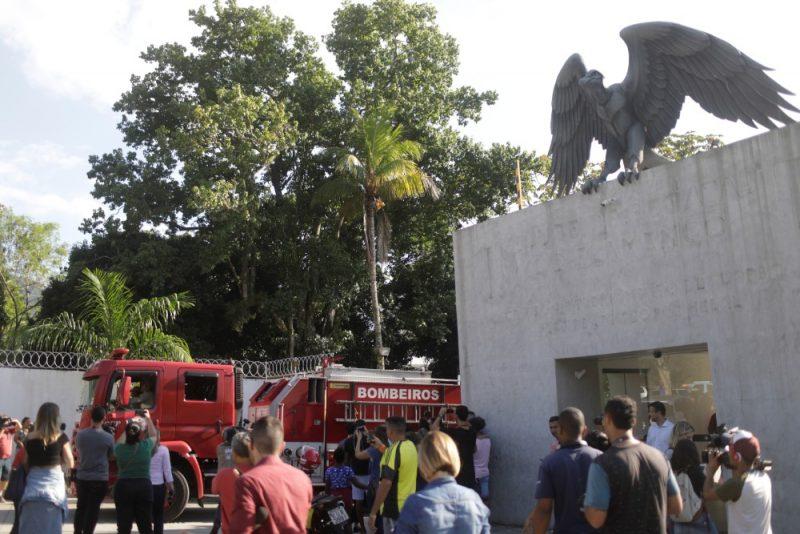"""Cilvēki pulcējas pie slavenā brazīļu futbola kluba """"Flamengo"""" bāzes, kur pirktdienas rītā bojā gāja desmit cilvēki, viņu vidū arī jaunie futbolisti."""