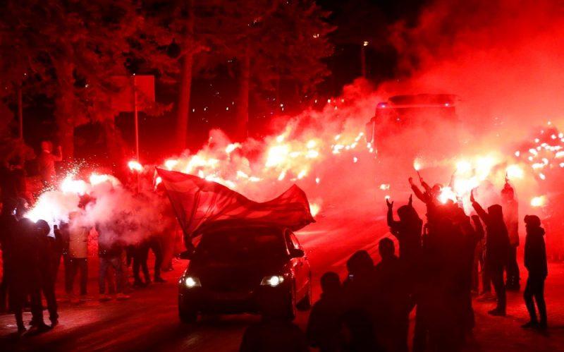"""Sanktpēterburgas """"Zenit"""" līdzjutēji komandu sagaida ar """"ugunsceļu""""."""