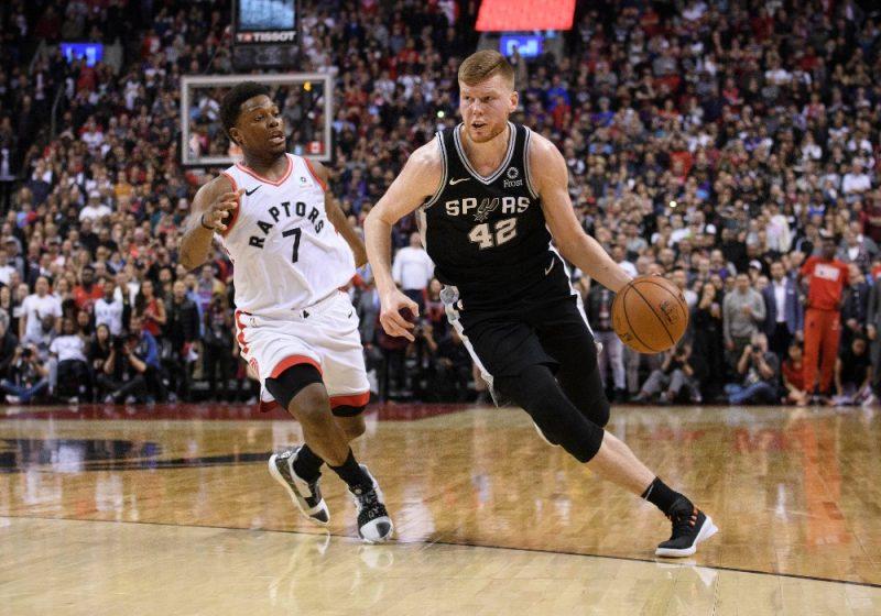 """Dāvis Bertāns (no labās) pret """"Raptors"""" basketbolistu Kailu Lauriju."""