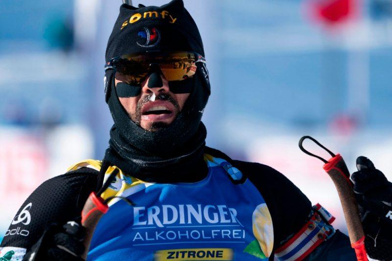 Francijas biatlonists Simons Furkads aukstajā Kenmorā.