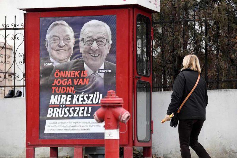 """Uzsāktās aģitācijas kampaņas ietvaros valstī izvietoti plakāti, kuros redzams Junkers un ASV miljardieris Džordžs Soross līdz ar saukli – """"Jums ir tiesības zināt, kas padomā Briselei""""."""