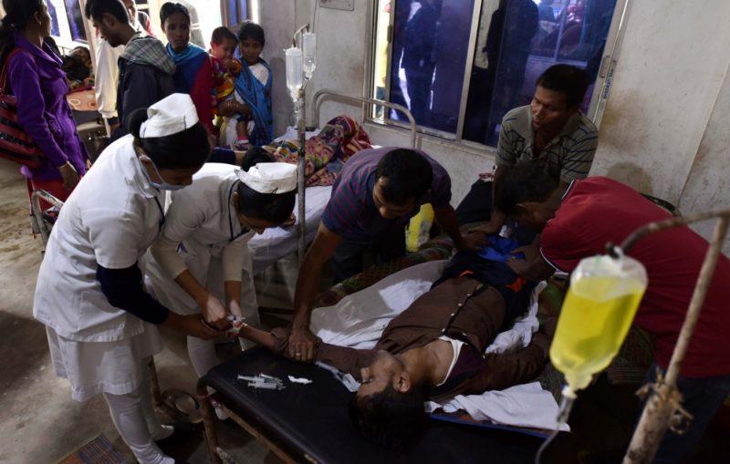 Pēc saindēšanās ar alkoholu Indijā miruši jau 69 cilvēki un vismaz 200 hospitalizēti.