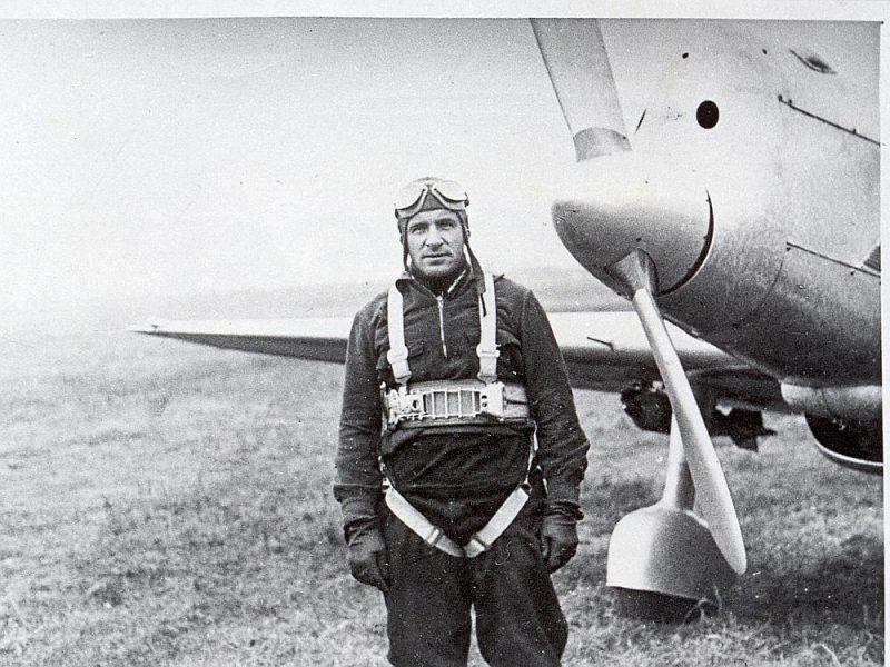"""Herberts Cukurs pie paškonstruētās lidmašīnas """"Trīs zvaigznes"""" 1940. gada jūnija sākumā."""