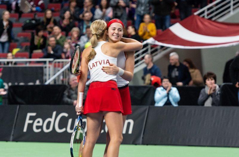 """Latvijas tenisistes Federāciju kausā """"sausā"""" uzvar Slovākiju."""