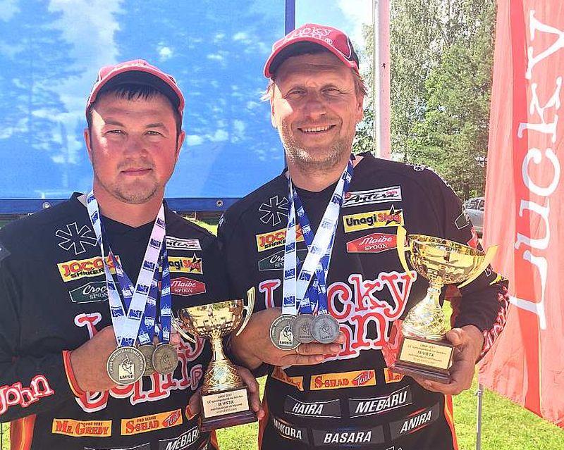 Egīls Draudiņš (no labās) un Kārlis Goldmanis 2017. gadā ieguva trešo vietu Latvijas čempionātā makšķerēšanā no laivām.