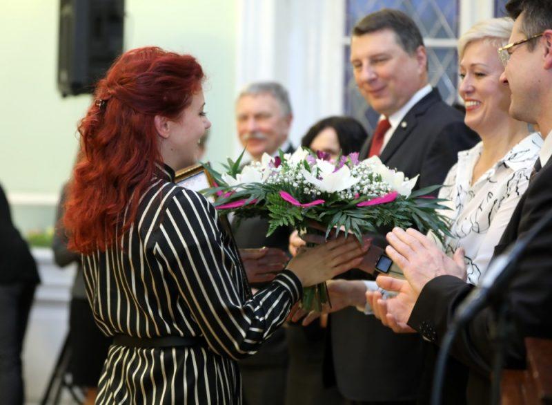 """""""Ekselences balvas"""" laureātu kopbilde balvas pasniegšanas ceremonijā labākajiem skolotājiem."""