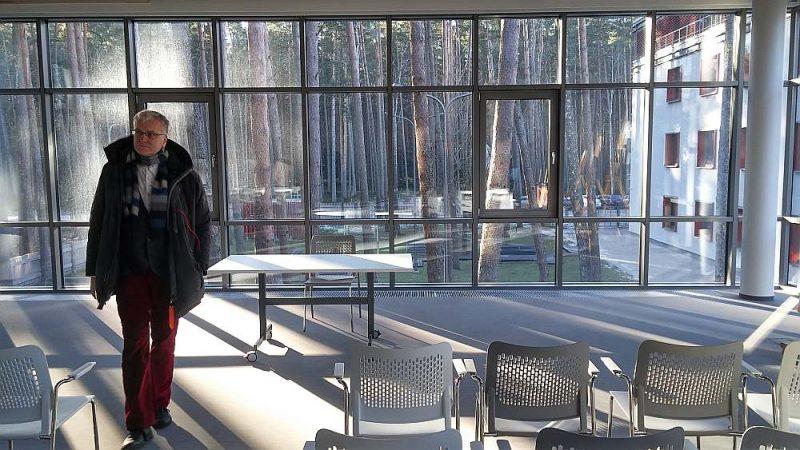 Aiz Jūrmalas bibliotēkas stikla sienām redzama apkārtējā priežu audze.