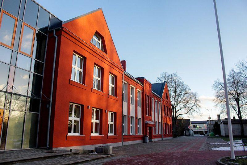 """Grobiņas sākumskolas ēka, kur veikta energoefektivitātes uzlabošana (projekta autore – SIA """"A-Projekts"""" arhitekte Agita Lieģe), pieteikta nominācijā """"Atjaunošana""""."""
