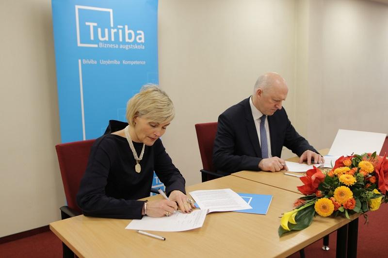 """Biznesa augstskola """"Turība"""" un viens no vadošajiem IT uzņēmumiem Latvijā un pasaulē """"Accenture"""" 13. februārī, noslēdza sadarbības līgumu."""