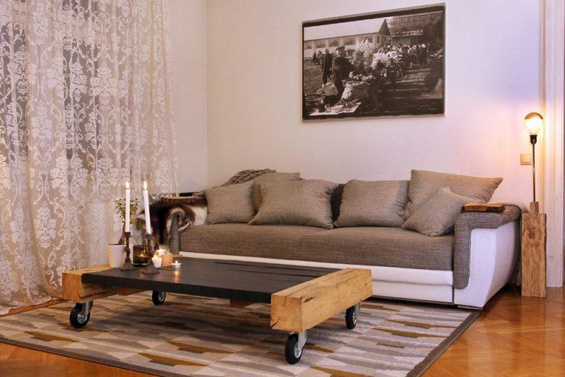 Viesistabā sienu grezno fotoreprodukcija uz audekla, tajā redzama sena Matīsa tirgus aina. Pie dīvāna – zems galds, ko Reinis darinājis no vecām brusām, kas atvestas no viņa dzimtās puses – Salas novada Sēlpils pagasta.