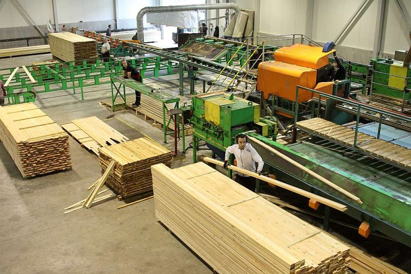 90 līdz 95% no Latvijā saražotajiem kokmateriāliem – dēļiem, brusām, plātnēm – tiek vai nu eksportēti tieši, vai arī izmantoti tālākapstrādei uzņēmumos, kas ražo saliekamās mājas, mēbeles un citus koka izstrādājumus.