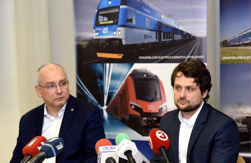 """Uzņēmuma """"Škoda Vagonka"""" viceprezidents Ivo Gurnaks (no kreisās) un """"Škoda Vagonka"""" biznesa attīstības direktors Romāns Sorkins piedalās preses konferencē, kurā vilcienu ražotājs """"Škoda Vagonka"""" informē par AS """"Pasažieru vilciens"""" rīkoto piepilsētas elektrovilcienu iepirkumu."""