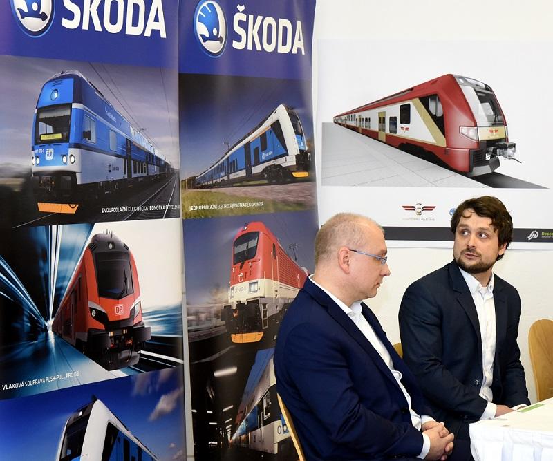 """Uzņēmuma """"Škoda Vagonka"""" viceprezidents Ivo Gurnaks (no kreisās) un """"Škoda Vagonka"""" biznesa attīstības direktors Romāns Sorkins."""