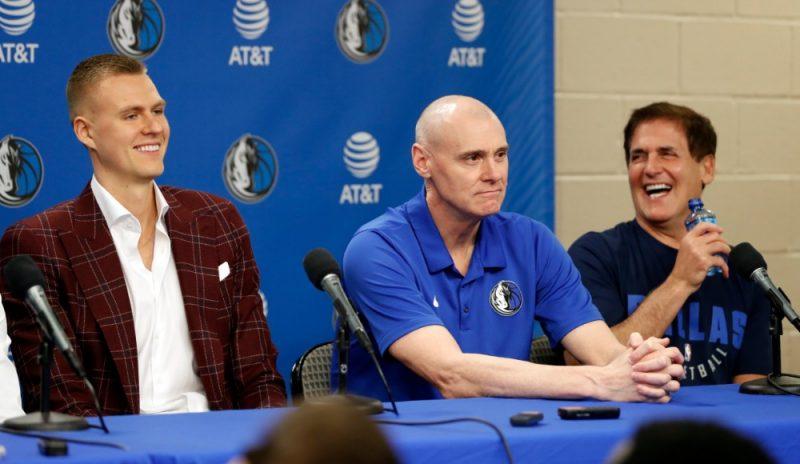 """Kristaps Porziņģis (no kreisās), Dalasas """"Mavericks"""" treneris Riks Kārlails un kluba īpašnieks Marks Kubans."""