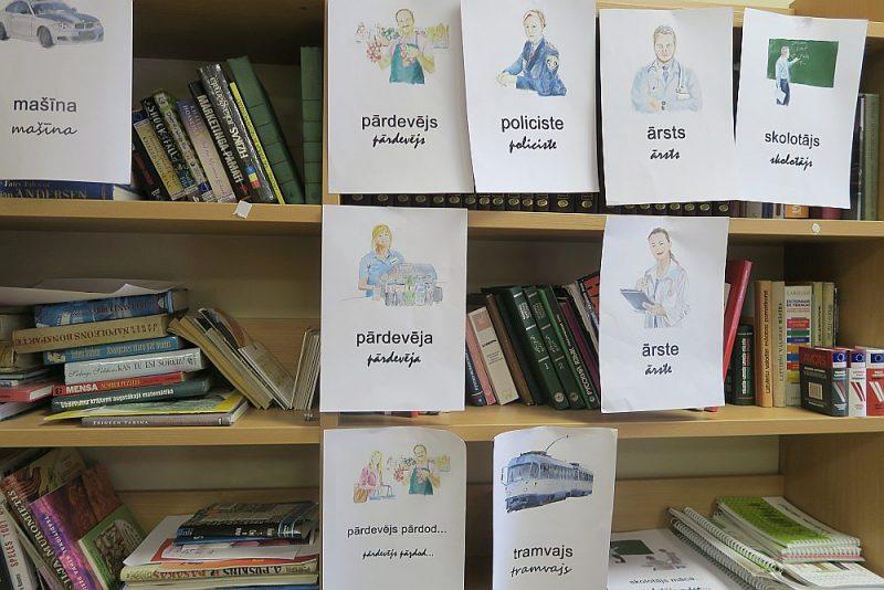 """Patvēruma meklētāju izmitināšanas centrā """"Mucenieki"""" pieejama arī telpa latviešu valodas apguvei un bibliotēka, kur atrodami mācību materiāli un bieži lietotu latviešu valodas vārdu norādes."""