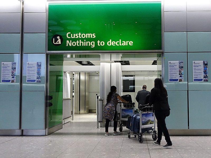 """Pēc breksita Hītrovas lidostā vairs nebūs ES pilsoņu atsevišķās izejas un nevarēs tik viegli iziet pa vārtiem, virs kuriem rakstīts """"Nav nekā deklarējama""""."""