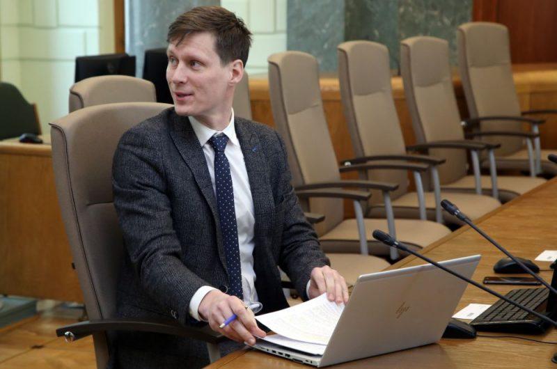 Ekonomikas ministrs Ralfs Nemiro pirms Ministru kabineta sēdes.