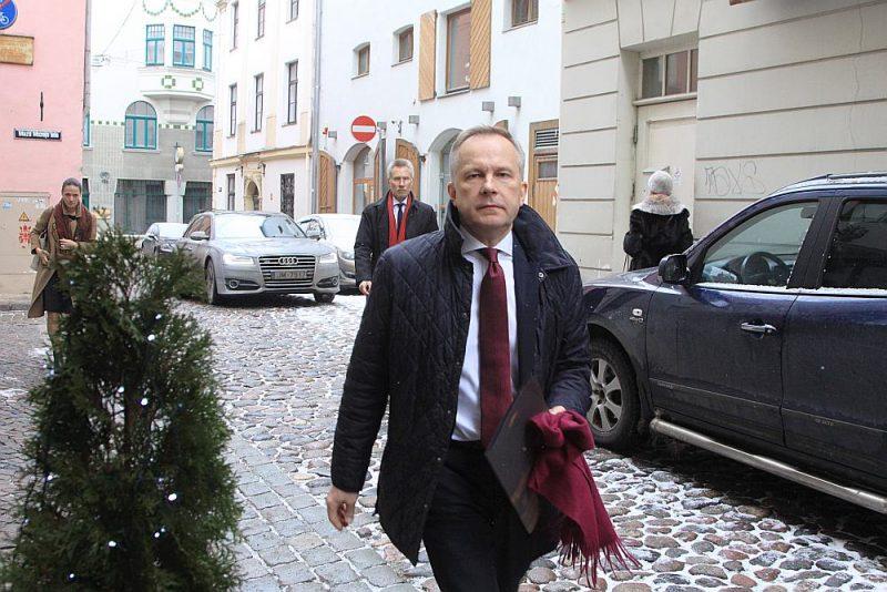 Prokuratūra neizsaka nekādas prognozes par termiņiem, kā virzās Latvijas Bankas prezidenta Ilmāra Rimšēviča (attēlā) lieta. Ģenerālprokurors Ēriks Kalnmeiers pagājšnedēļ žurnālistiem atgādināja, ka I. Rimšēvičs un uzņēmējs Māris Martinsons ir sākuši liecināt, tāpēc ieilgusi pret viņiem sāktās kukuļu lietas izmeklēšana. Prokurore Viorika Jirgena bija plānojusi to nodot tiesai vēl 2018. gadā, taču šāda prognoze tikusi izteikta apstākļos, kad neviens no aizdomās turamajiem nesniedza liecības. Vēlāk abi sākuši sniegt liecības, līdz ar to parādījies jauns pārbaudāmās informācijas apjoms un lieta ievilkusies.