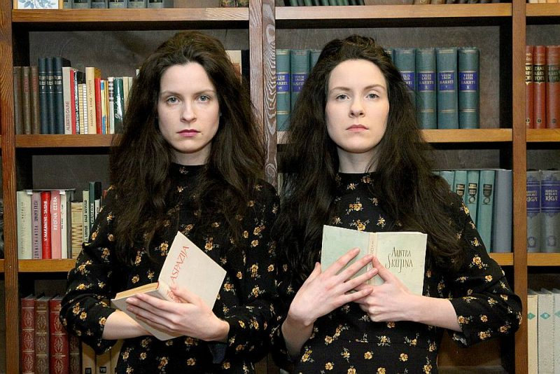 """Māsas Agnese (no kreisās) un Madara Rutkēvičas ir vienisprātis: """"Ja citi visu mūžu meklē domubiedru, dvīņi ar tādu jau piedzimst, mentāli ļoti saistīti. Un mums arī dzīve ļoti savijusies ar darbu."""""""